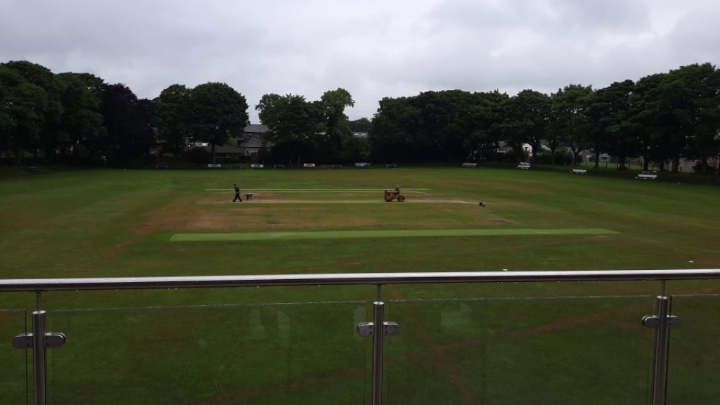 Report: Edgworth recover from middle order collapse to complete double